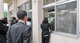 堀川小学校の給食室を視察する関係者(4月)