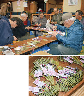 熊手づくりを行う神社の役員ら(上)毎年2時間ほどで無くなってしまうミニ熊手(右)
