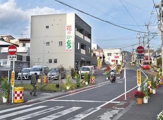 進入禁止の標識がついた弘法坂。二輪・自転車のみ相互通行が可能