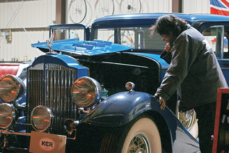 KCR JAPANの工場内でPackard 8 Sedanのエンジンを覗く和田さん