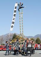操法技術、はしご乗りを披露