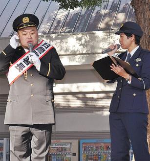 110番通報の実演をするアホマイルド坂本さん(左)