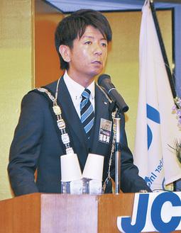 挨拶をする岩田理事長