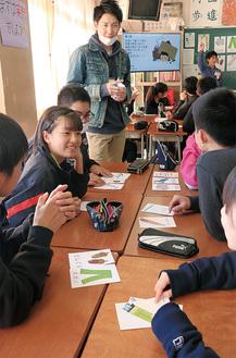 災害時に直面した危機を解決する方法を探るゲームに夢中の生徒たち