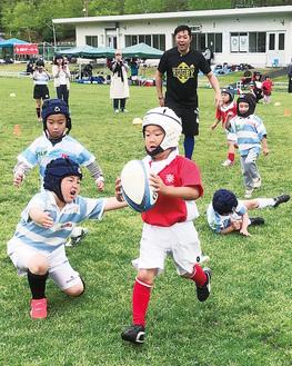 ラグビーを楽しむ子どもたち