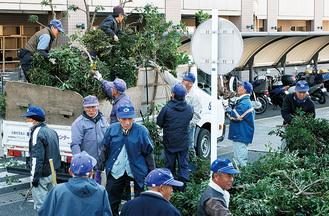 剪定した枝を運び出す会員