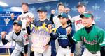 DeNA杯の出場チーム代表に囲まれ、勝利を誓う石澤主将(前列左から2番目)