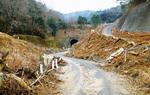 現在も土砂が残る道路(三原市)