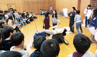 演劇で学習内容を発表した児童クラス