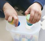 スタッフが食品保存容器とペットボトルの蓋で作ったおもちゃ