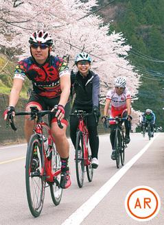桜が咲くコースで笑顔を見せる選手