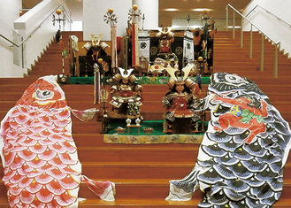 大階段に飾られた鯉のぼりと5月人形