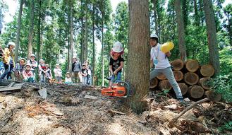 伐採体験をする子どもら