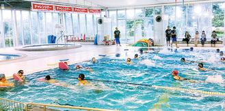 おおね公園温水プールのイベントに参加する人たち(昨年)