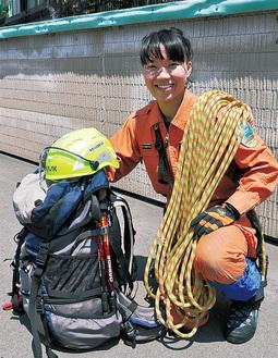 山岳救助の装備を持つ土方さん