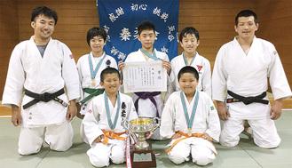前列左から木嶋君、遠藤君、後列左から監督の木嶋さん、相原さん、加藤君、磯部君、指導者の日野さん