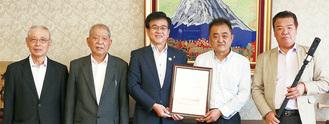 市長を表敬訪問した陶山社長(右から2番目)ら
