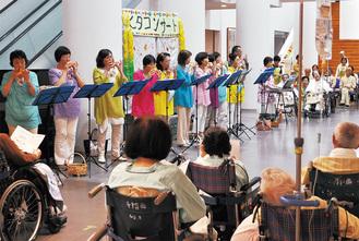 七夕コンサートを楽しむ入院患者たち
