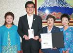 北村会長(中央右)が高橋市長に寄付を手渡した