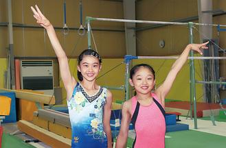 湘南とびうお体操クラブで練習する中1の北爪さん(左)と小6の國島さん(右)