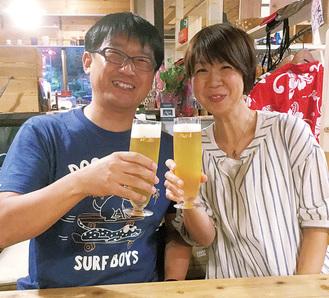 落花生ビールで乾杯する夫婦
