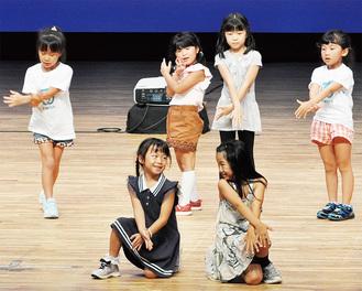 ダンスを披露する児童