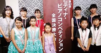 入賞した4組の生徒らと石井代表(左)