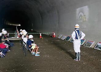 トンネルを見学し説明を受ける参加者