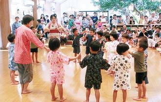 演技を披露する園児たち