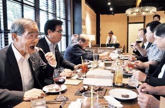 ジビエ肉を試食する佐野会頭(左)ら