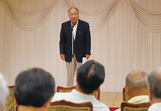 出席者を前に挨拶する柳川さん
