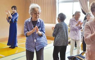 フラメンコ体操を元気に踊る参加者ら
