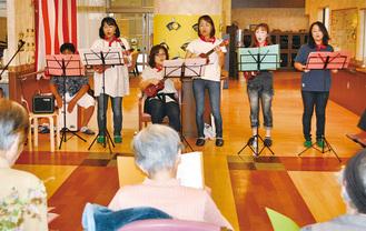 利用者の前で演奏するメンバー