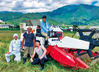 収穫に参加したメンバーら
