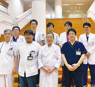 センター長を務める田中院長(前列中央)と大佛第一外科部長(同右)と三浦雄輝消化器内科副部長(同左から2人目)