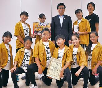 高橋市長に金賞受賞を報告したメンバー