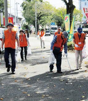 清掃活動をする会員