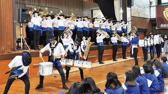 生徒の前で行われた吹奏楽部の演奏