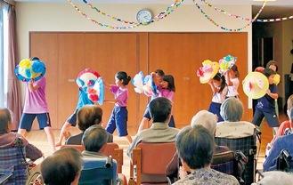 花笠踊りを披露する子どもたち