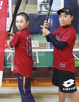 バットを持つ原選手(左)と小澤選手(右)