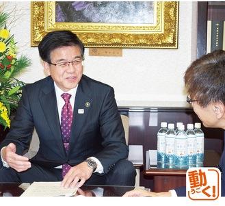 インタビューに答える高橋市長