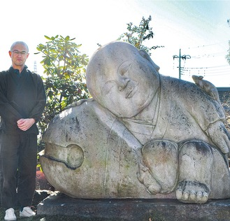 鈴木住職と石像