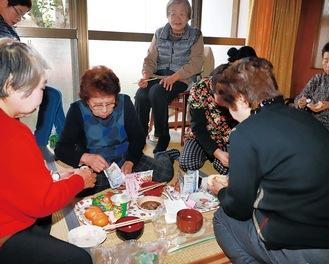スナック菓子で作ったポテトサラダなど試食する参加者