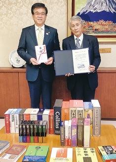 千川社長(右)が市長に目録を贈呈