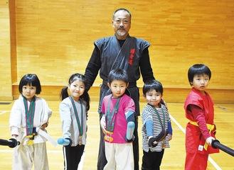 竹内師範と入賞した(左から)小川さん、鈴木さん、安藤君、湯川君、滝口君