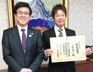 市長に報告する尾澤さん