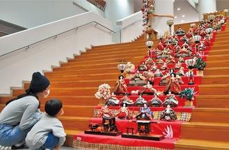 階段にずらりと並ぶ雛人形