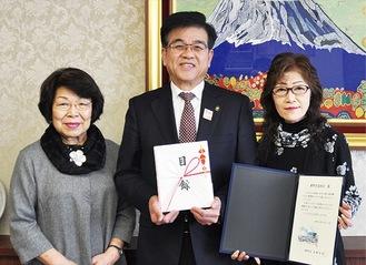 市役所を訪れた鈴野組合長(右)と森厚生部長(左)