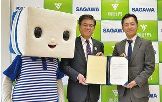 高橋市長を訪問した坂上支店長(右)とキャラクターの「はこぶ君」