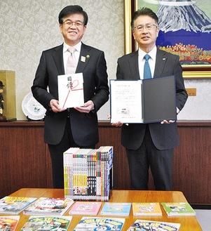 図書を寄贈した尾上さん(右)